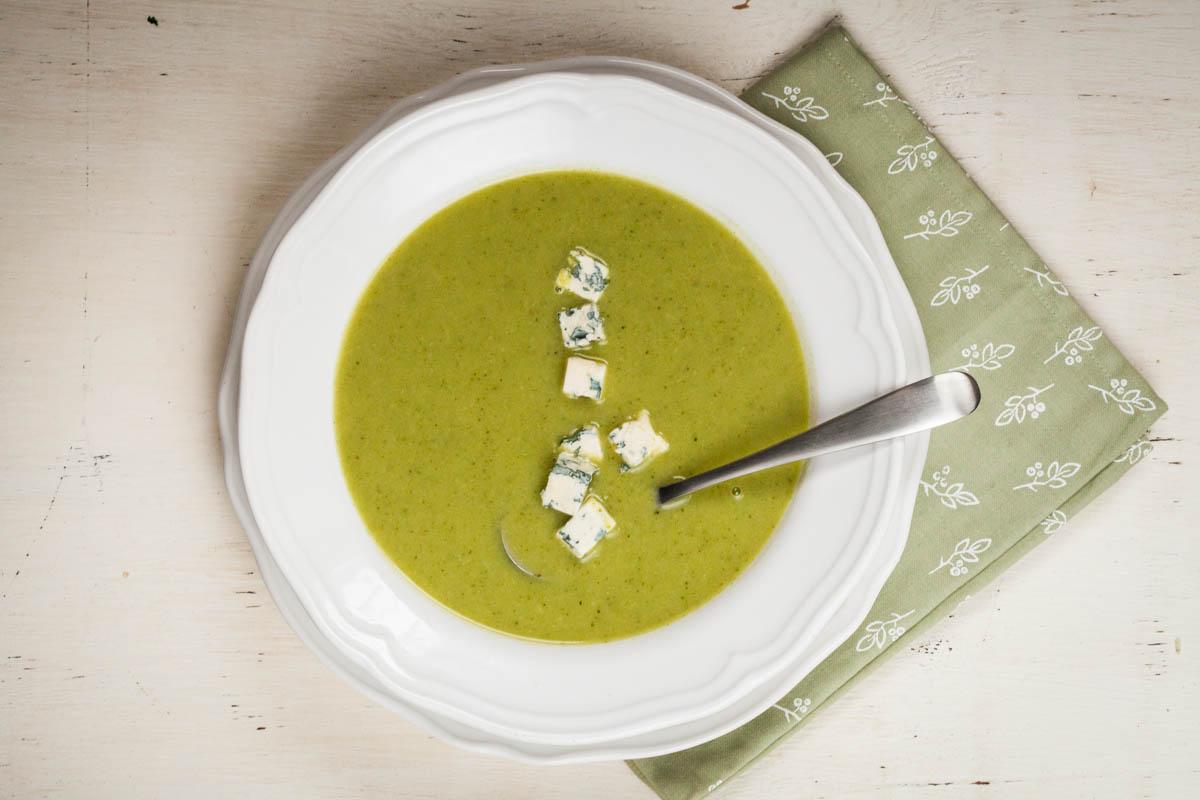 Супа с броколи и синьо сирене