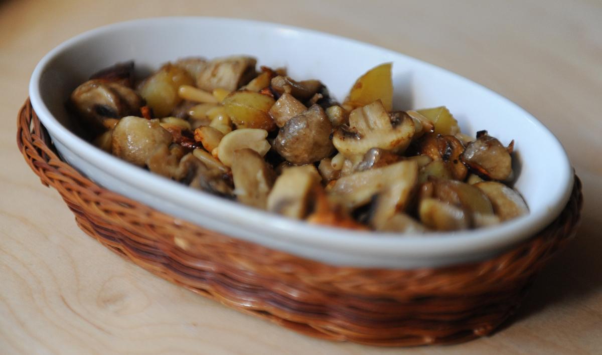 Гъби с картофи и ядки