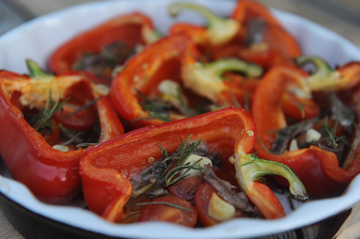 Печени чушки с домати и аншоа