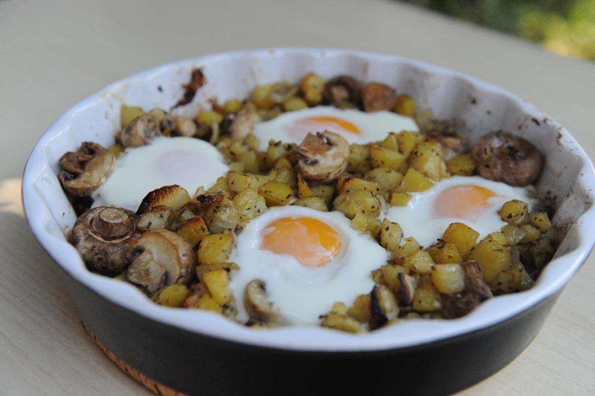 Картофи, гъби и яйца на фурна
