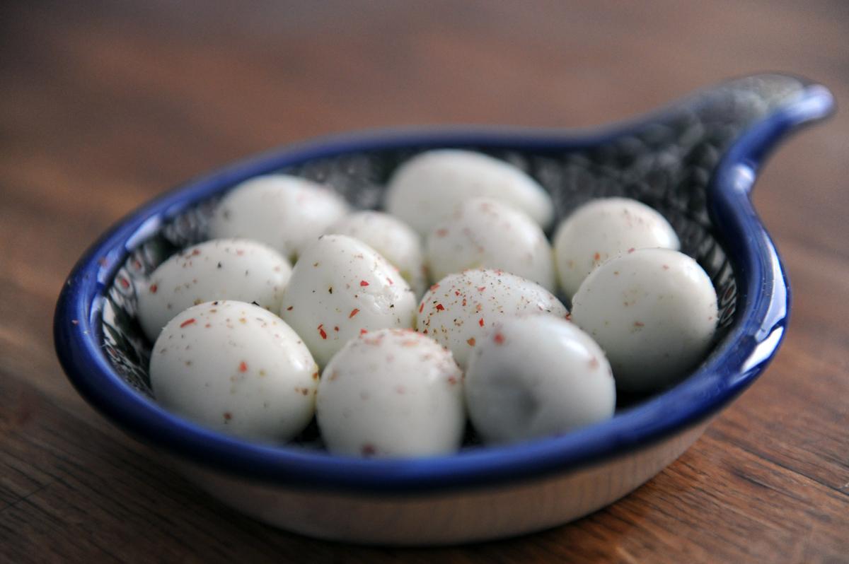 Пъдпъдъчени яйца с розов пипер