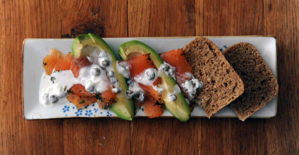 Закуска със сьомга и авокадо