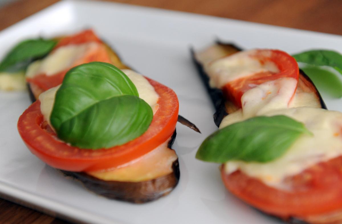 Печени патладжани с домати и моцарела