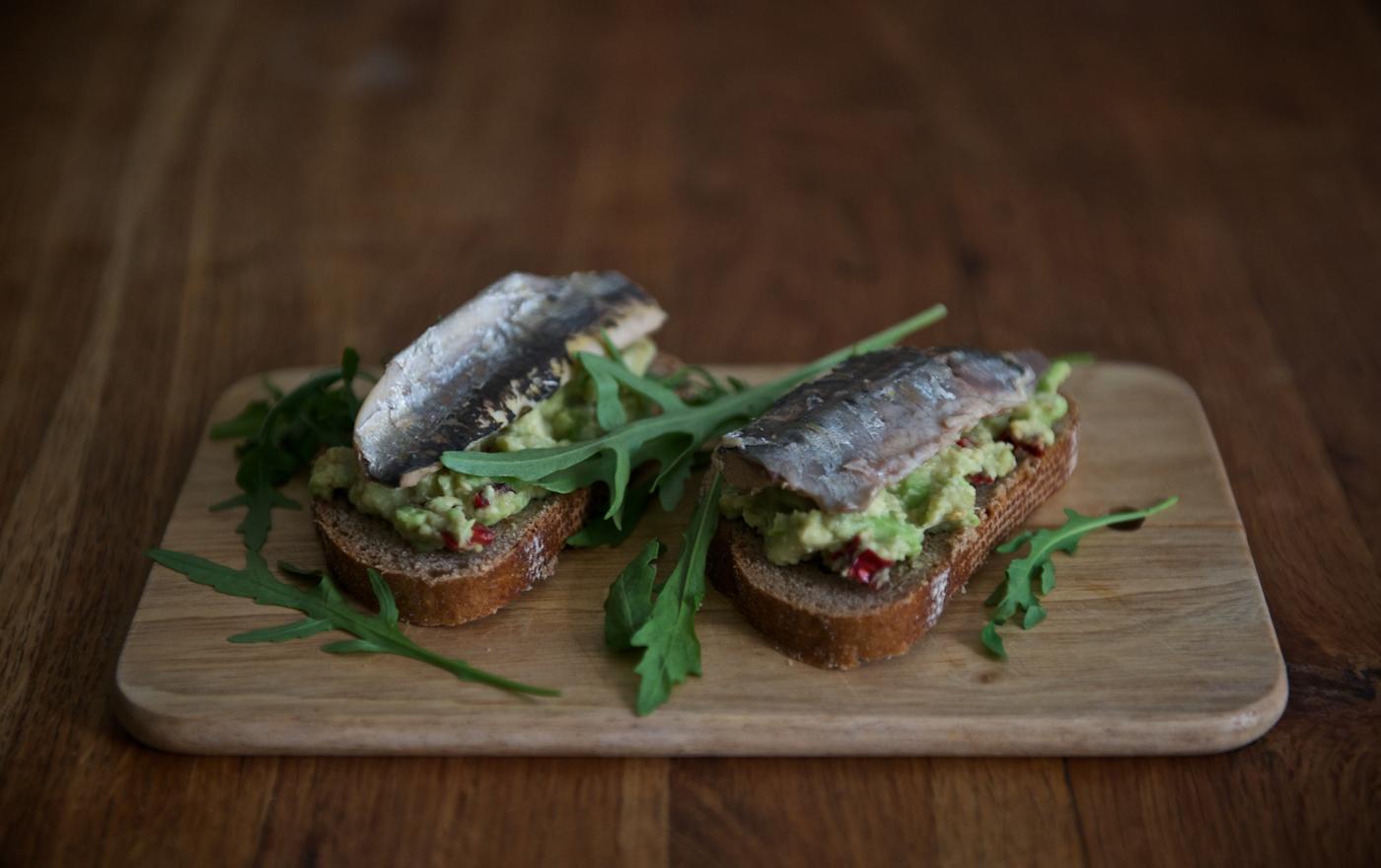 Сандвич с авокадо и сардини