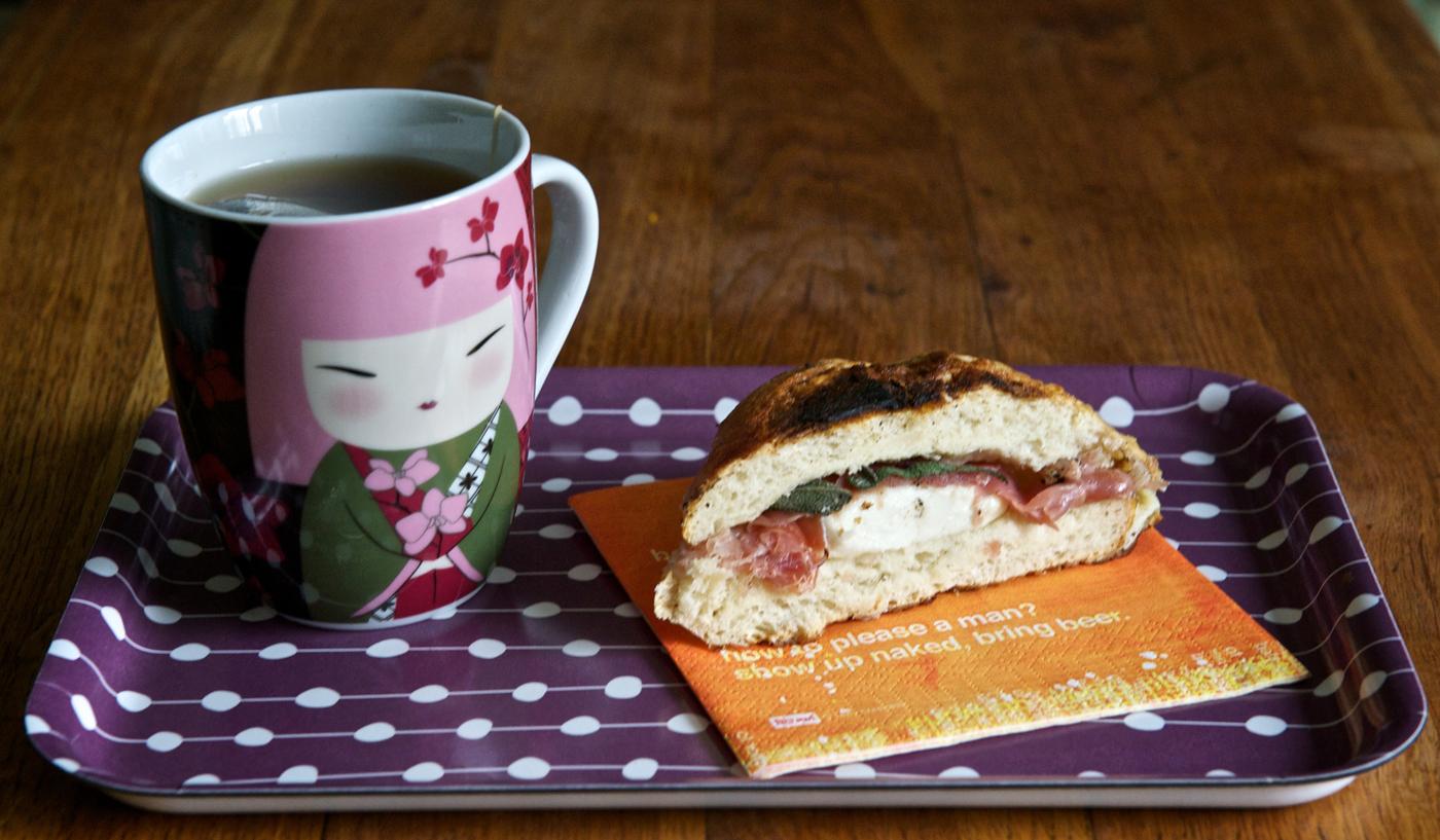 Сандвич с прошуто, моцарела и салвия
