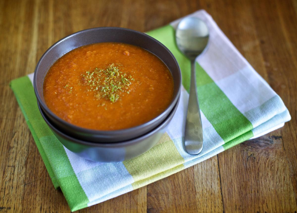 Супа от червена леща, моркови и домати