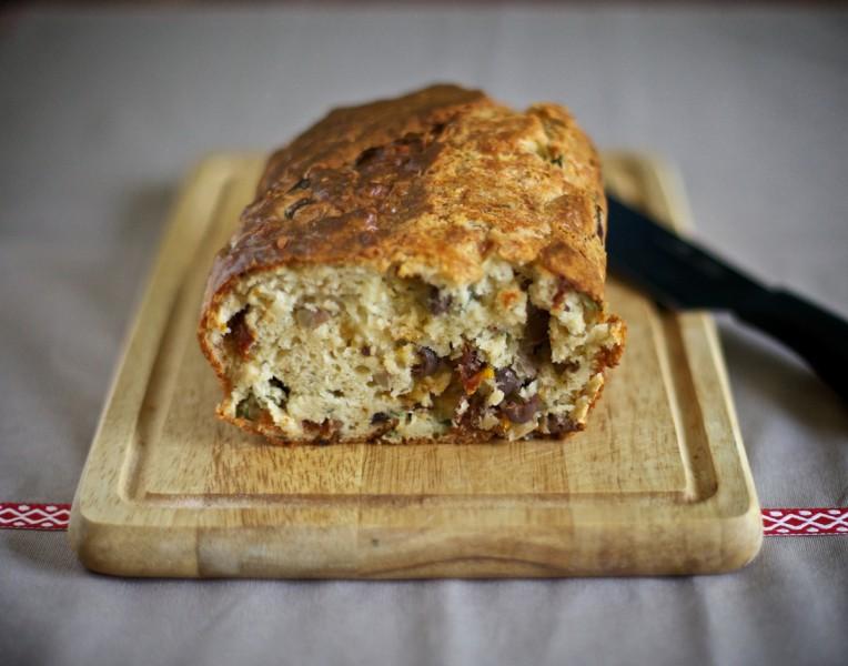 Хляб със сушени домати, маслини, сирене Грюер и босилек