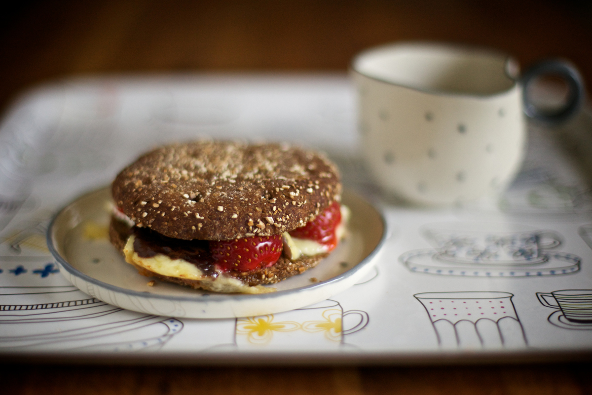 Сандвич с бри, ягоди и шоколад