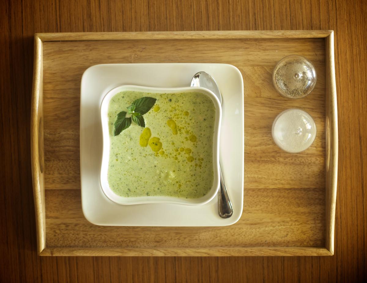 Лятна супа с краставици и авокадо