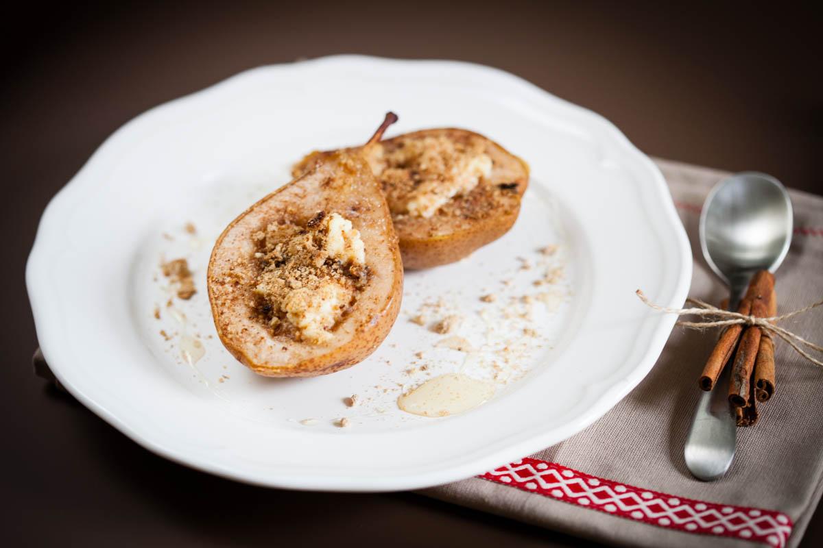 Печени круши с рикота, мед и амарети