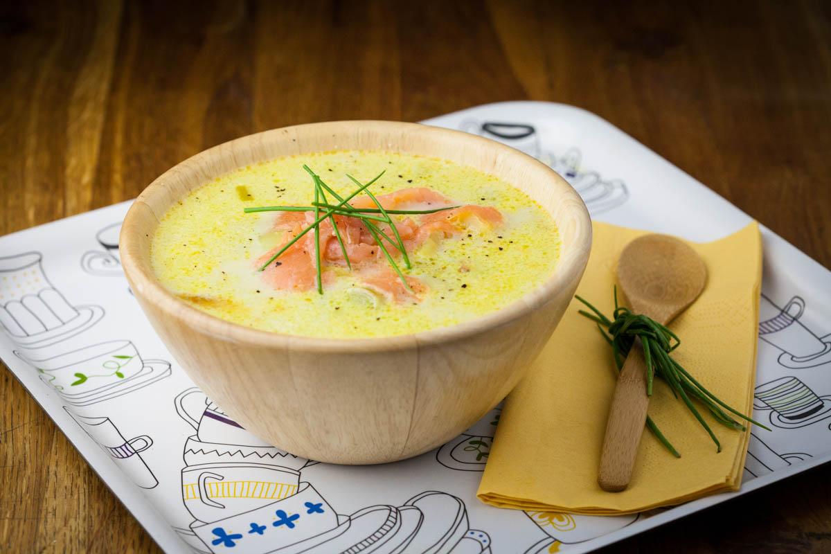 Зимна супа с картофи, праз и сьомга
