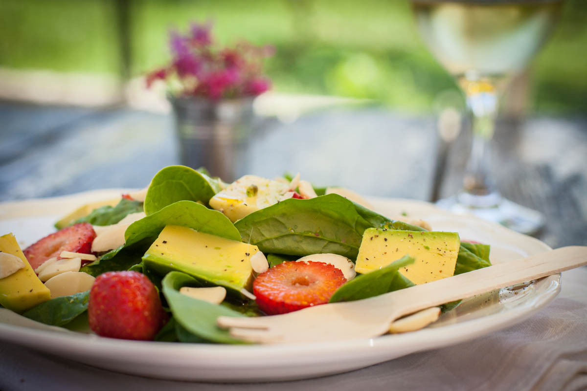 Салата спанак, ягоди и авокадо